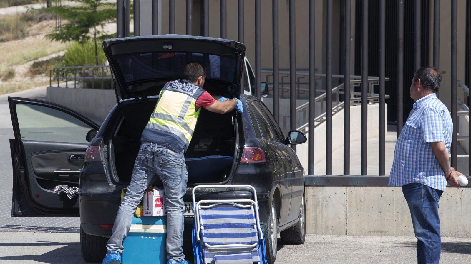 Foto: La Policía registra el coche a las afueras del centro en Molina de Segura (Murcia), donde un hombre ha matado a su compañera de trabajo. (EFE)