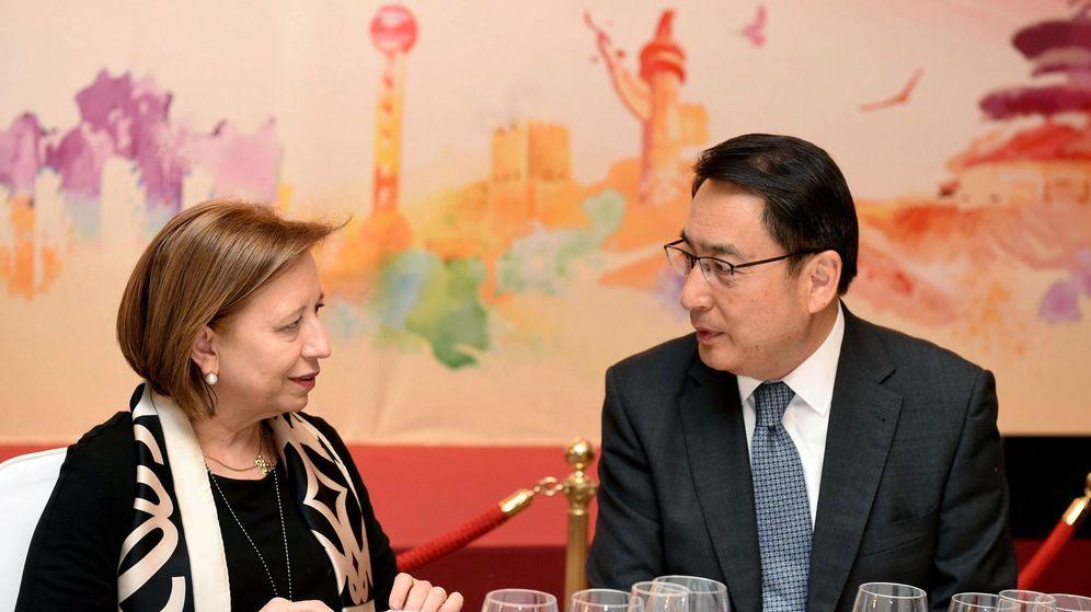Foto: La secretaria de Estado de Comercio, María Luisa Poncela (i), y el embajador de China en España, Lyu Fan. (EFE)