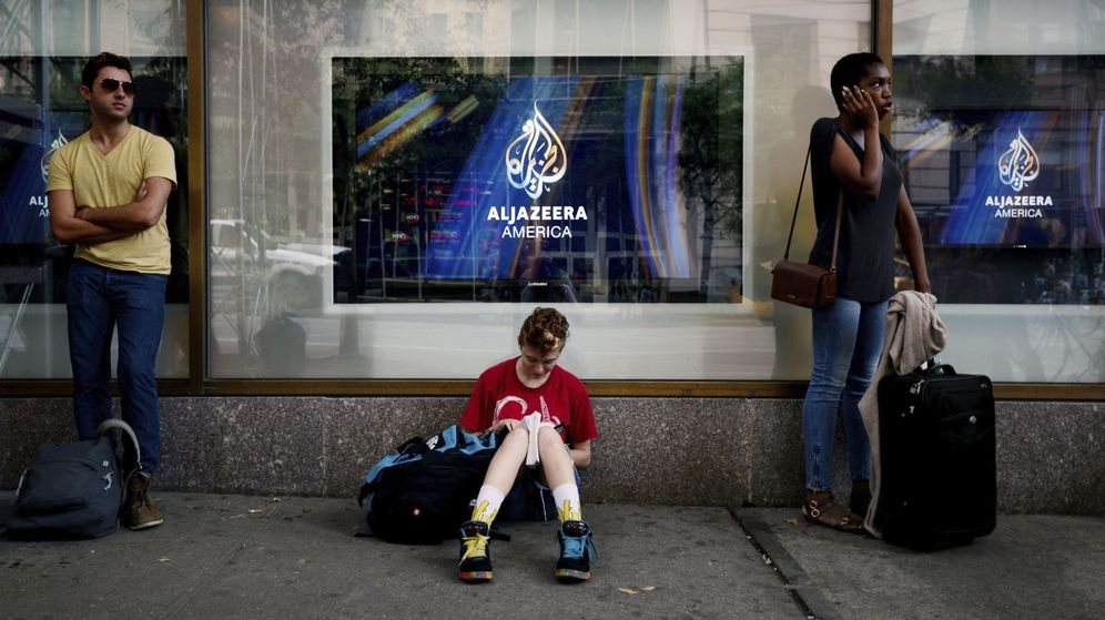 Foto: Varias personas esperan en la puerta del estudio de Al Jazeera America. (EFE)