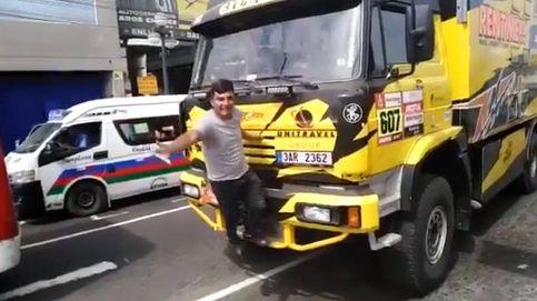 Un hombre se sube a un camión del Dakar para hacerse una foto y le rompe una pieza