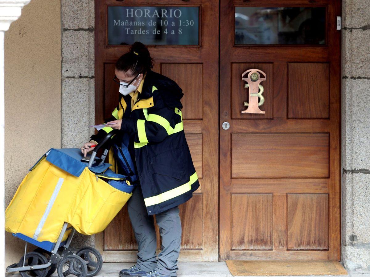 Foto: Imagen de una trabajadora de Correos. (EFE)