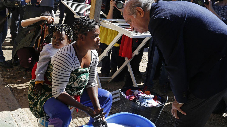 El ministro del Interior, Jorge Fernández Díaz, en un centro de inmigrantes en Melilla (Reuters).