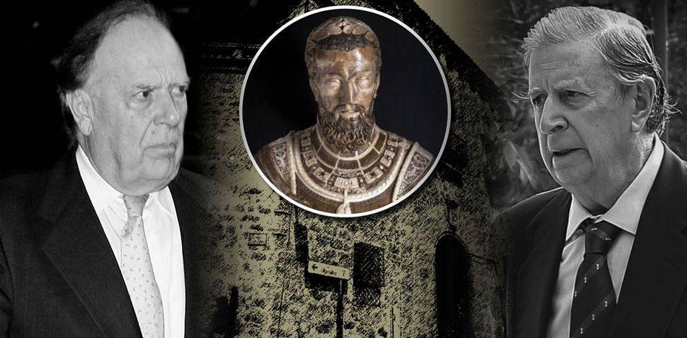 Foto: Carlos y Fernando Falcó con el busto regalo de Carlos V sobre el palacio de Mirabel. (Vanitatis)