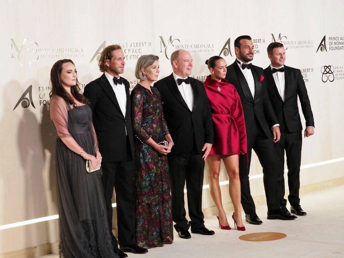 Foto: Roisin Wittstock, Andrea Casiraghi, Carolina y Alberto de Mónaco, Pauline Ducruet, Maxime Giaccardi y Gareth Wittstock, en la gala de Montecarlo.