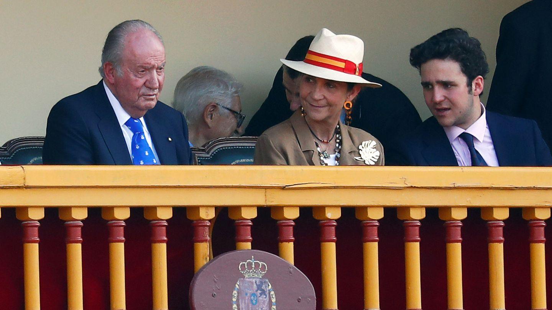 El rey Juan Carlos, la infatna Elena y su hijo, Felipe, en Aranjuez. (Reuters)
