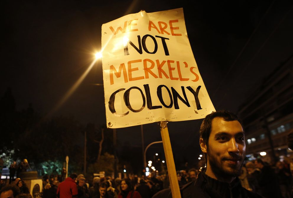 Foto: Un hombre sostiene una pancarta durante una manifestación contra las medidas de austeridad a las puertas del Parlamento griego, en Atenas, este cinco de febrero (Reuters).