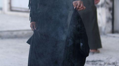 Así celebran su liberación del Estado Islámico: fumando y quemando nicabs