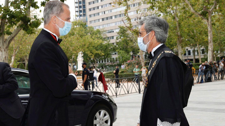 El rey Felipe VI, junto al presidente del CGPJ, Carlos Lesmes. (EFE)