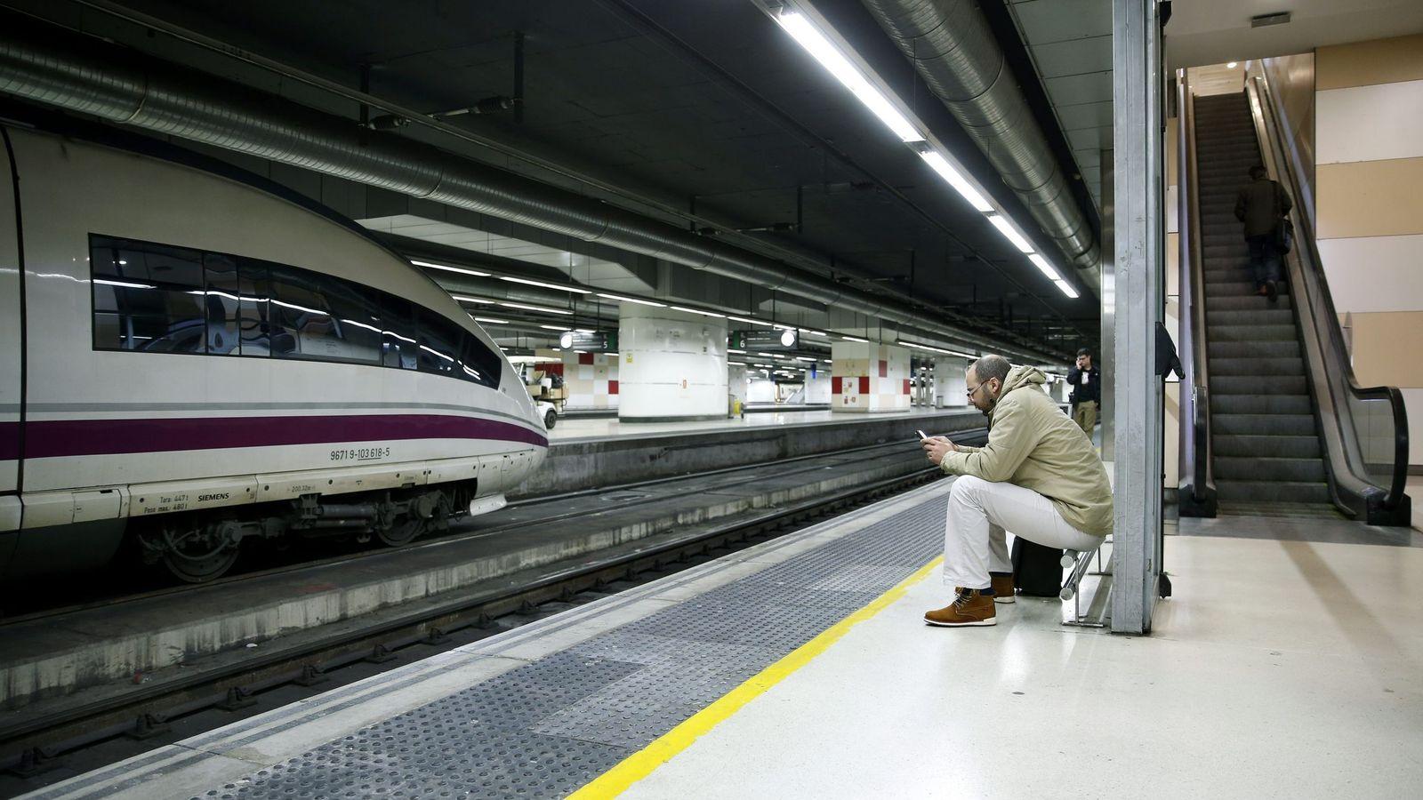 Foto: Un pasajero espera sentado a su tren en la estación de Sants, en Barcelona. (Efe)
