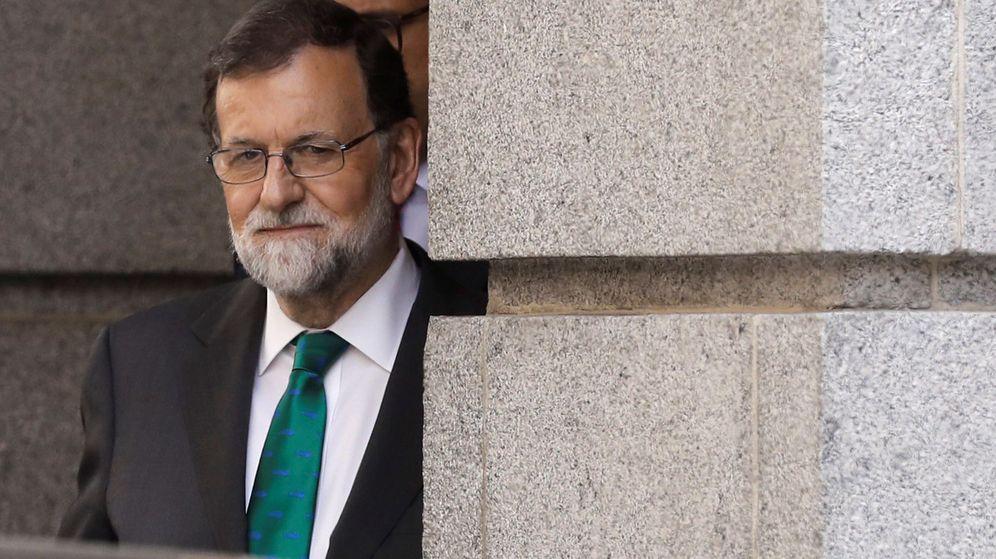 Foto: Rajoy sale del congreso tras la primera sesión del debate de la moción de censura | EFE