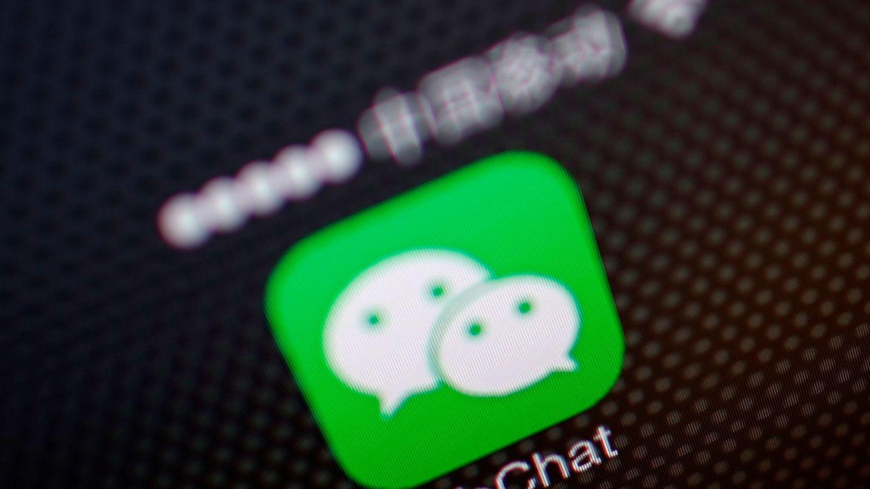 Las mafias utilizan la aplicación de mensajería WeChat para contactar con las familias (Reuters/Petar Kujundzic)
