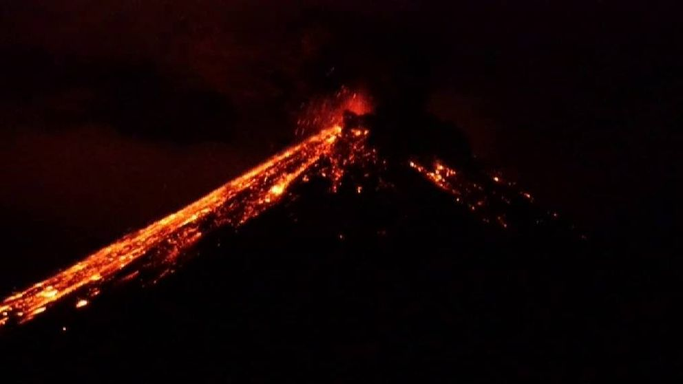 Espectacular erupción del volcán Reventador en Ecuador