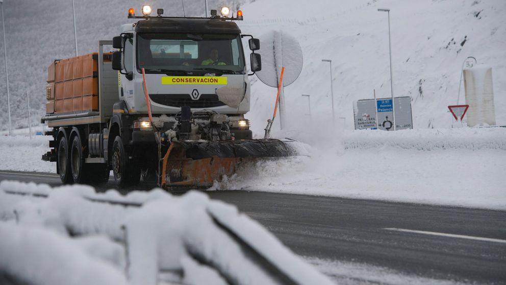 Las nevadas complican el tráfico: 30 carreteras cortadas y cadenas en 90