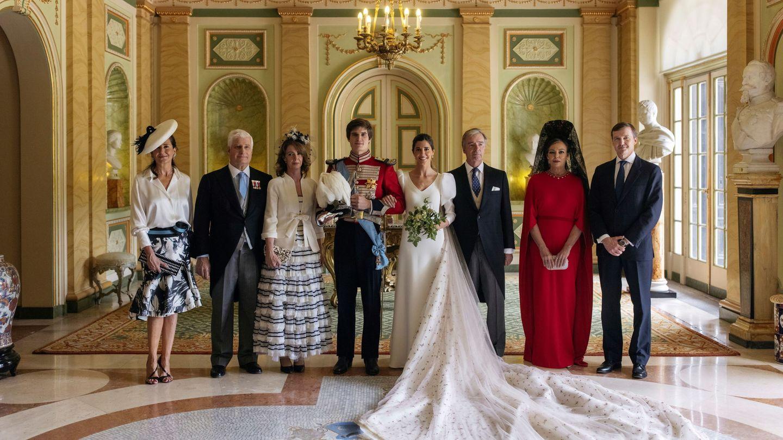 Las dos familias, en la entrada del palacio de Liria. Se puede observar la gran cola que llevaba el vestido. (Alejandra Ortiz/EFE)
