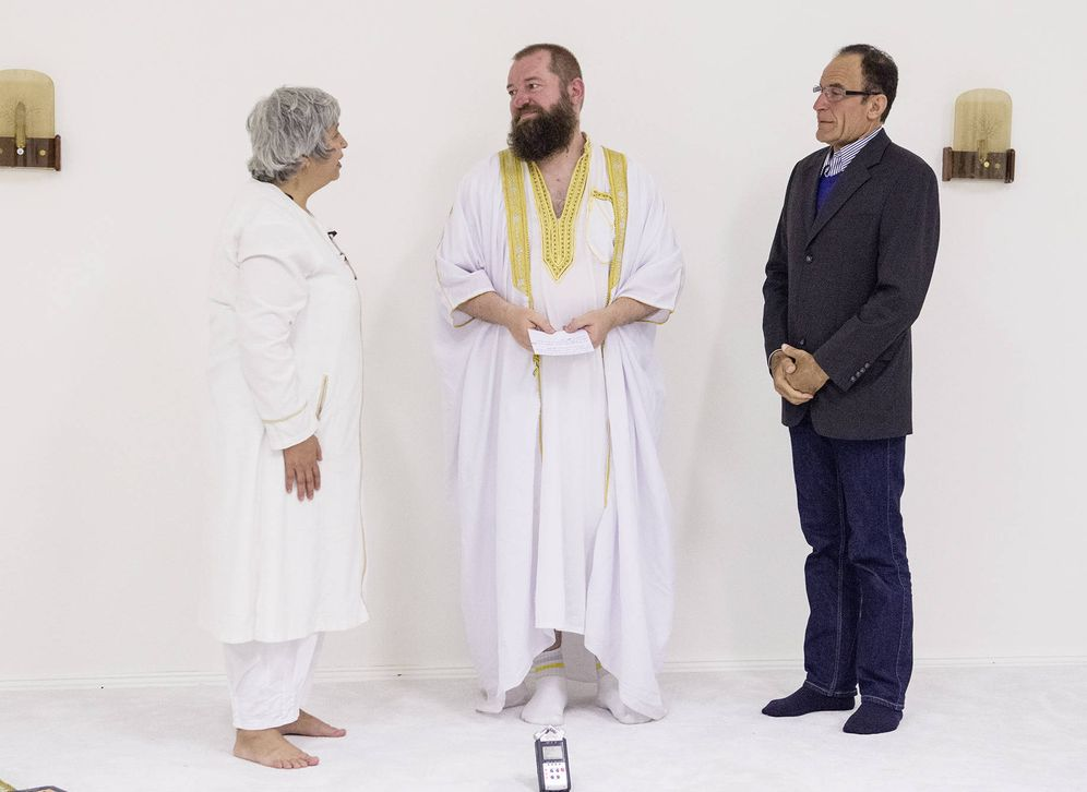 Foto: Seyran Ates (izda) asiste a una conversión al islam en la mezquita Ibn Rushd-Goethe de Berlín. (Dorothee Deiss)