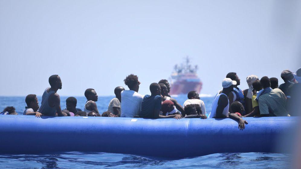Foto: Migrantes a la deriva, a la espera de ser rescatados. (EFE)