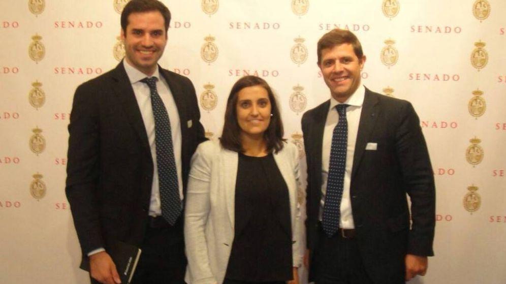 Foto: Ignacio de la Cierva y Javier Jarauta, de la URJC, con la entonces presidenta de Nuevas Generaciones, Beatriz Jurado. (URJC)