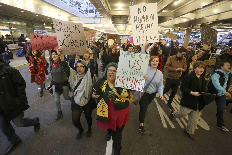 Foto: Manifestación en el Portland International Airport para protestar contra el veto migratorio impuesto por Trump. (Reuters)