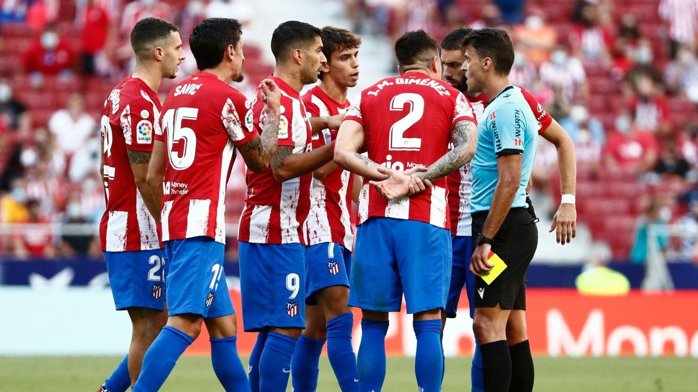 Los jugadores rojiblancos protestan ante Gil Manzano. (Reuters)