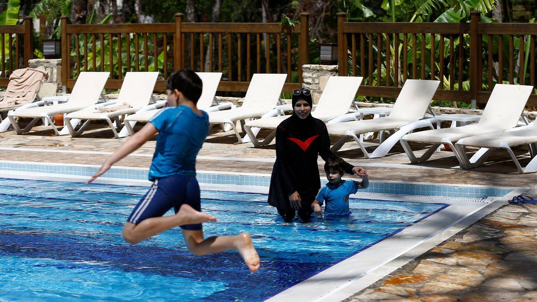 Una mujer en la piscina del Wome Deluxe Hotel, un resort 'halal' en Alanya, Turquía. (Reuters)