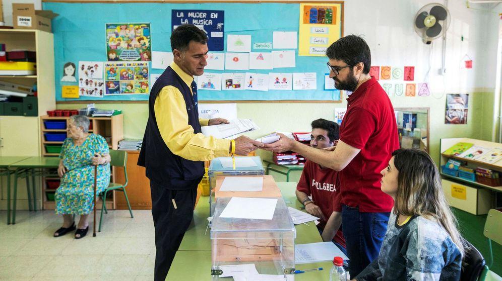 Foto: Empleado de Correos entregando el voto por correo en un colegio electoral murciano. (EFE)