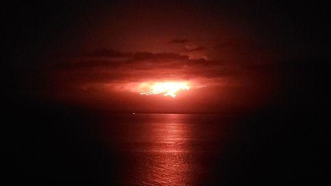 Espectacular imagen del volcán ecuatoriano de La Cumbre entrando en erupción