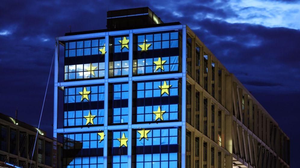 Foto:  La principal estación de trenes está iluminada con los colores de la bandera europea. (EFE)