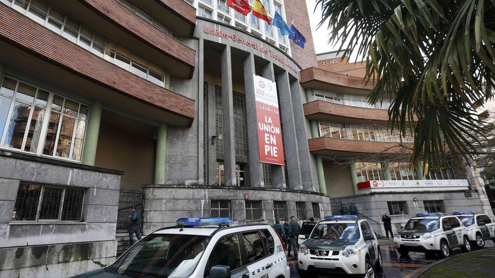 Foto: Registro de la sede de UGT en Oviedo por la Guardia Civil. (EFE)