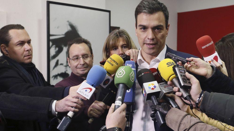 Foto: Pedro Sánchez contesta a los periodistas tras votar en la consulta a la militancia en su agrupación, en Pozuelo de Alarcón, Madrid, este 27 de febrero. (EFE)