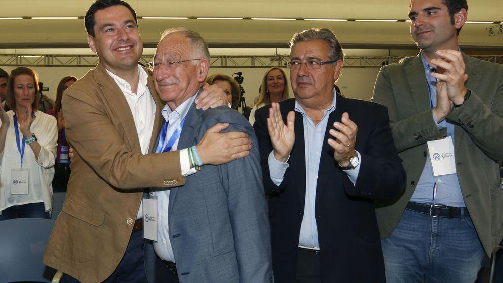 Foto: Gabriel Amat (2i), tras su reelección el pasado 19 de mayo como presidente del PP de Almería. (EFE)