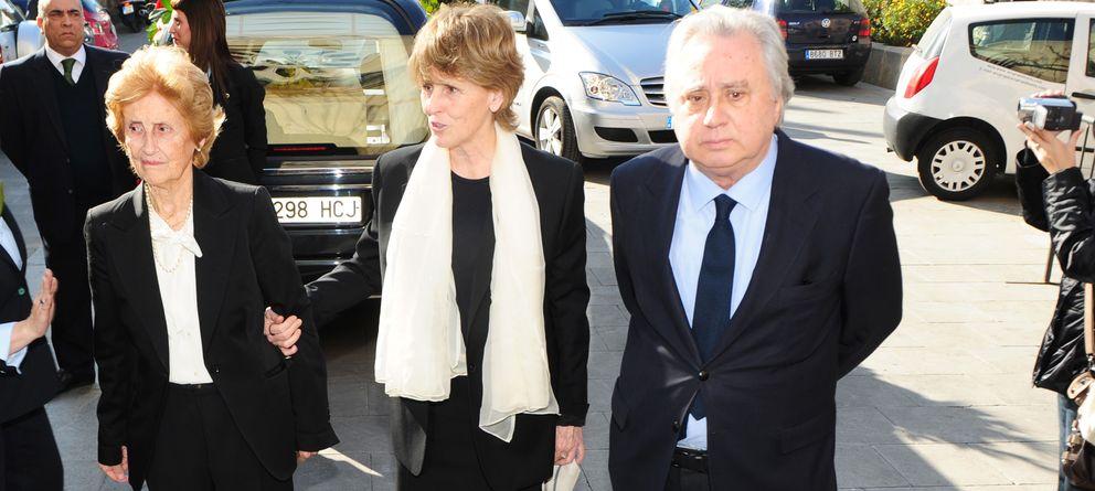 Foto: Mercedes Milá y José Sámano durante el funeral del padre de la presentadora en 2012 (Gtres)