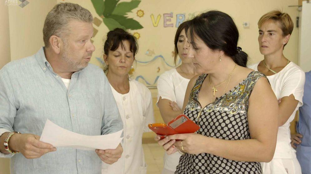 Foto: Chicote con la ya exdirectora de la residencia. (Atresmedia Televisión)