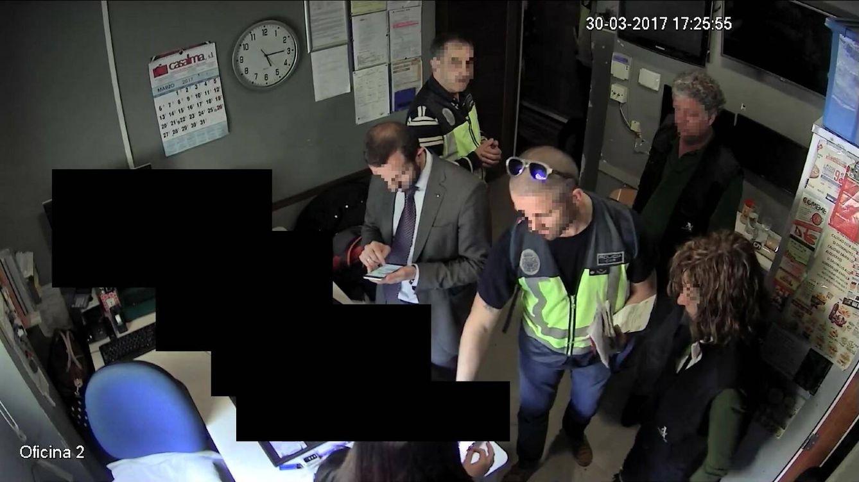 Foto: Agentes de la Policía y la Agencia Tributaria durante la inspección del burdel.
