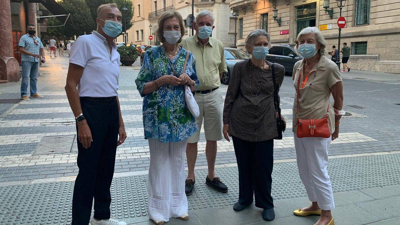 La Reina, con sus amigos en Mallorca. (Vanitatis)