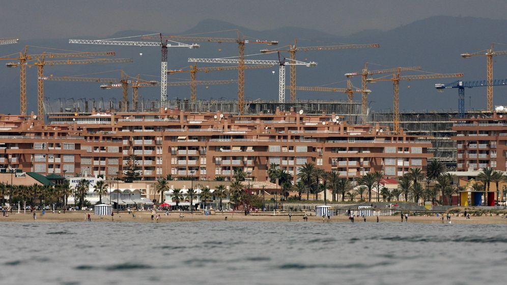 Foto: Imagen de varias grúas en una zona de construcción de viviendas. (EFE)