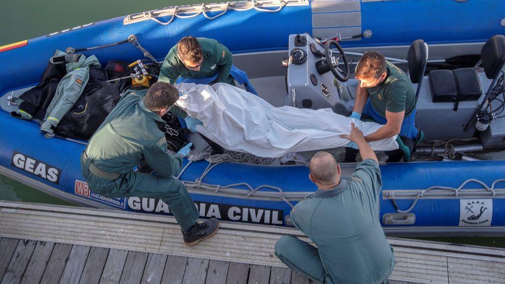 Foto: Hallado el noveno cadáver tras el naufragio de una patera en Cádiz. (EFE)