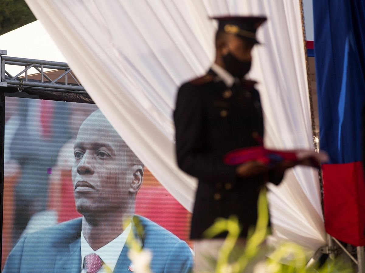 Foto: Velatorio del presidente haitiano Jovenel Moïse, en pantalla. (EFE)