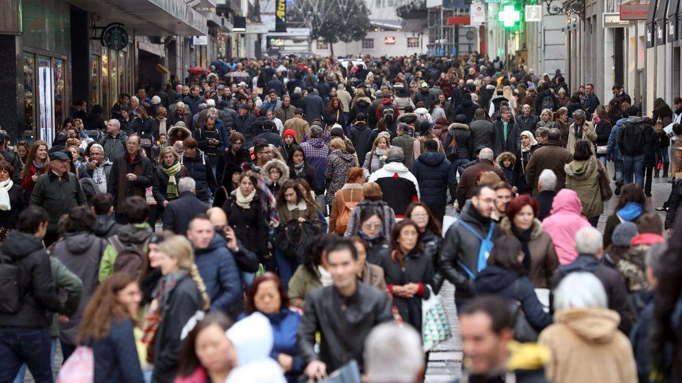 Foto: La calle Preciados de Madrid, a rebosar de gente de compras. (EFE)