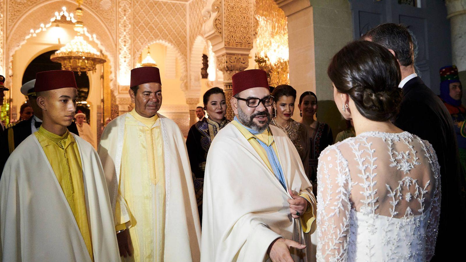 Foto: El rey de Marruecos saludando a doña Letizia. (Limited Pictures)
