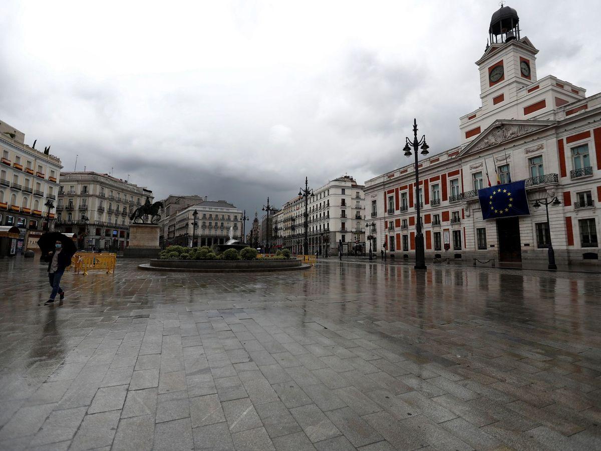 Foto: La Puerta del Sol, en Madrid, casi vacía durante el primer estado de alarma. (EFE)