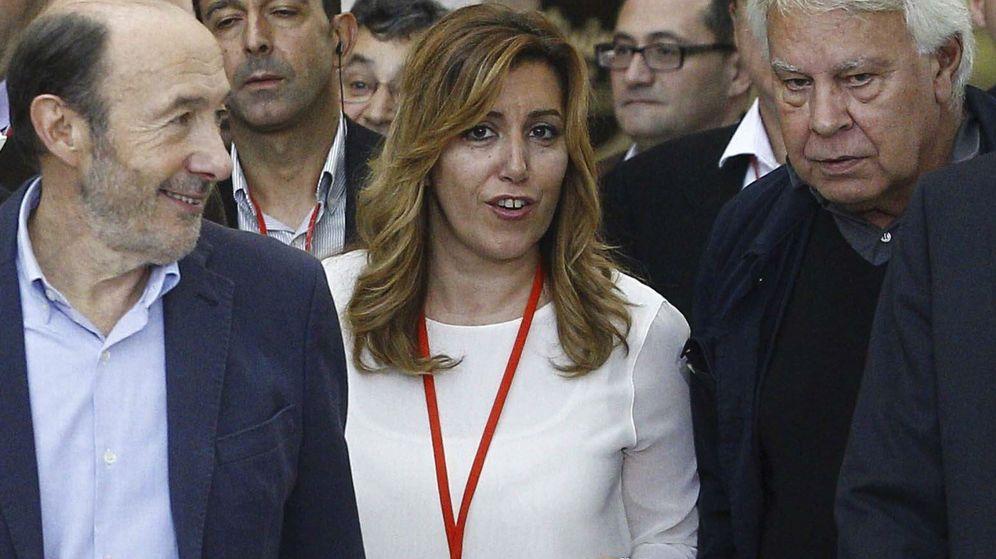 Foto: Fotografía de archivo del exsecretario general del PSOE Alfredo Pérez Rubalcaba (i), el expresidente del Gobierno Felipe González (d) y la presidenta de la Junta Susana Díaz. (EFE)