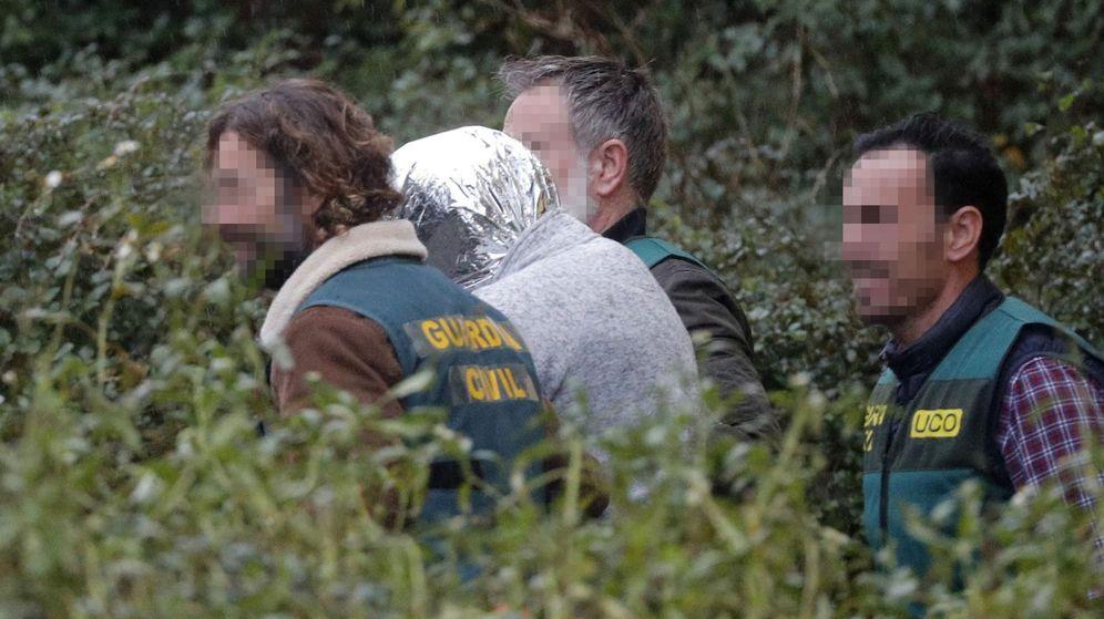 Foto: La Guardia Civil traslada al Chicle desde la nave en la que se encontró el cuerpo hasta su domicilio. (EFE)