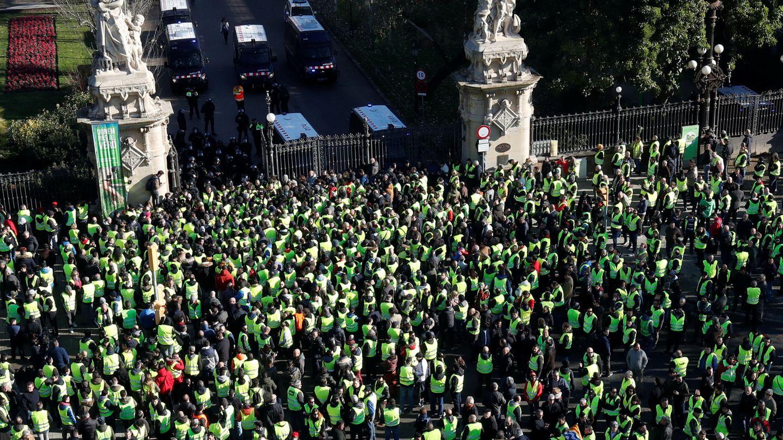 Concetración de taxistas ayer en Barcelona. (Reuters)