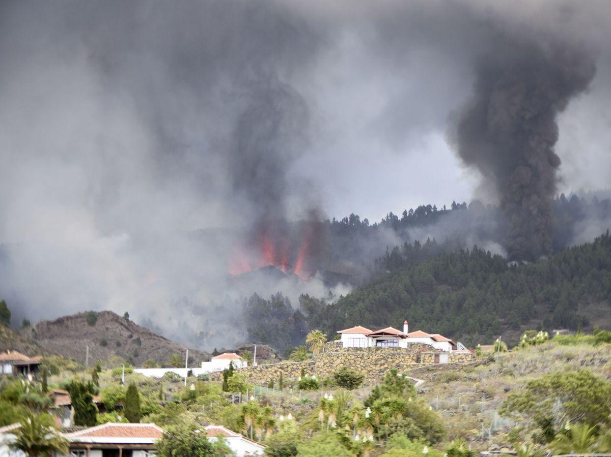 Foto: El volcán, visto desde Las Manchas, otro barrio junto a Jedey. (EFE)