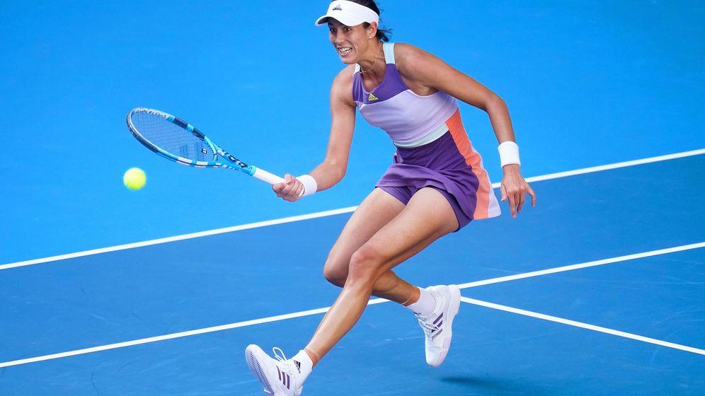 Foto: Garbiñe Muguruza persigue una bola en el Open de Australia. (EFE)