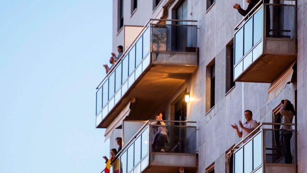 Foto: Aplausos en balcones. (EFE)