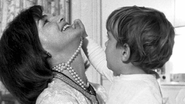 Jackie Kennedy y John Kennedy Jr (Reuters)