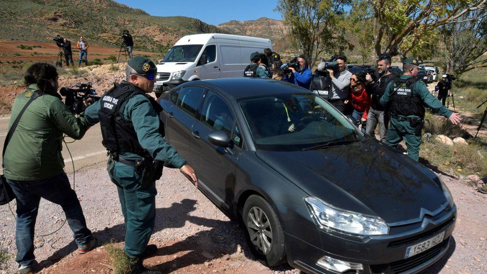 Foto: La Guardia Civil y la policía científica entran en la finca de Rodalquilar, en Níjar. (EFE)