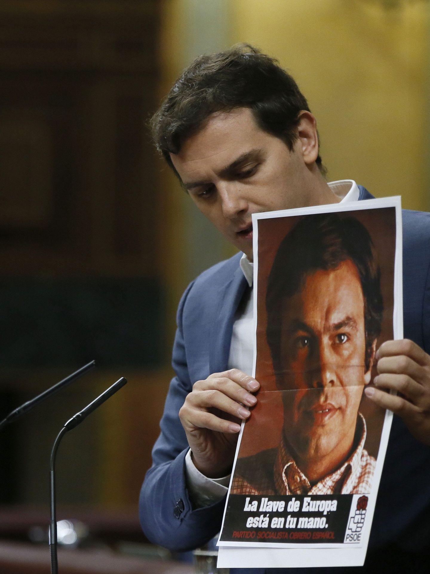 Albert Rivera, durante su intervención este jueves, mostrando el cartel de Felipe González. (EFE)