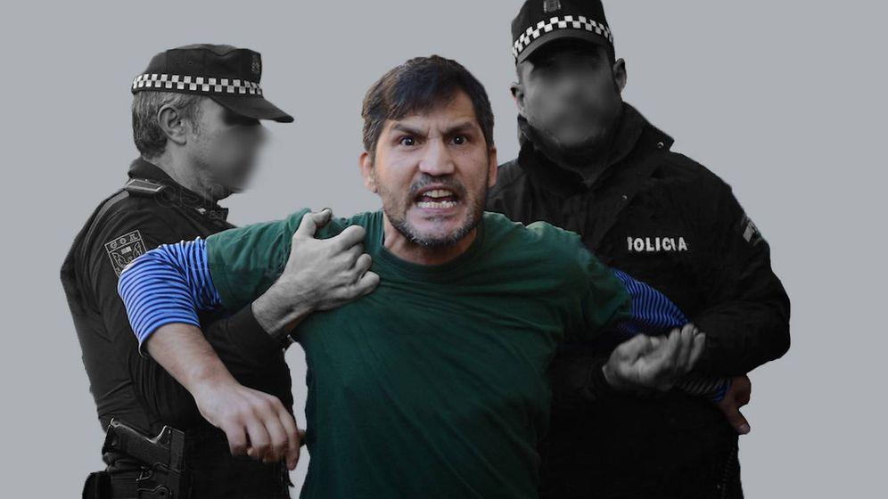 Foto: Lagarder Danciu, agarrado por dos agentes de policía en un cartel de protesta por su expulsión.